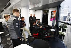Stoffel Vandoorne, McLaren, volgt Fernando Alonso, McLaren, die op de simulator speelt van het Worlds Fastest Gamer project