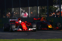 Sebastian Vettel, Ferrari SF70H, lucha con Max Verstappen, Red Bull Racing RB13