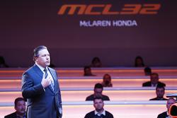 Zak Brown, Director Ejecutivo del grupo de tecnología de McLaren, en el escenario en el lanzamiento de la McLaren MCL32
