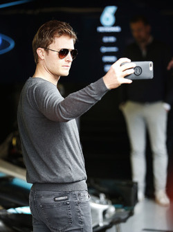 Nico Rosberg prend un selfie dans la voie des stands