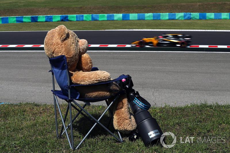 Ніко Хюлькенерг, Renault Sport F1 Team RS17 and Teddy bear