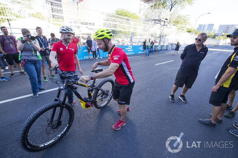 Nick Heidfeld, Mahindra Racing, en una carrera de bicis