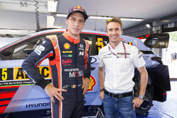 Гонщик Hyundai Motorsport Тьерри Невилль и Тимо Бернхард
