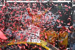 Победитель гонки Джой Логано, Team Penske Ford