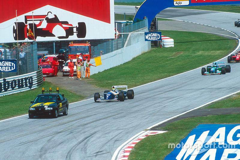 Ayrton Senna, Williams FW16 güvenlik aracının arkasında