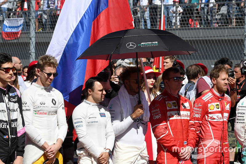 Гран Прі Росії. Гонщики на церемонії національного гімна