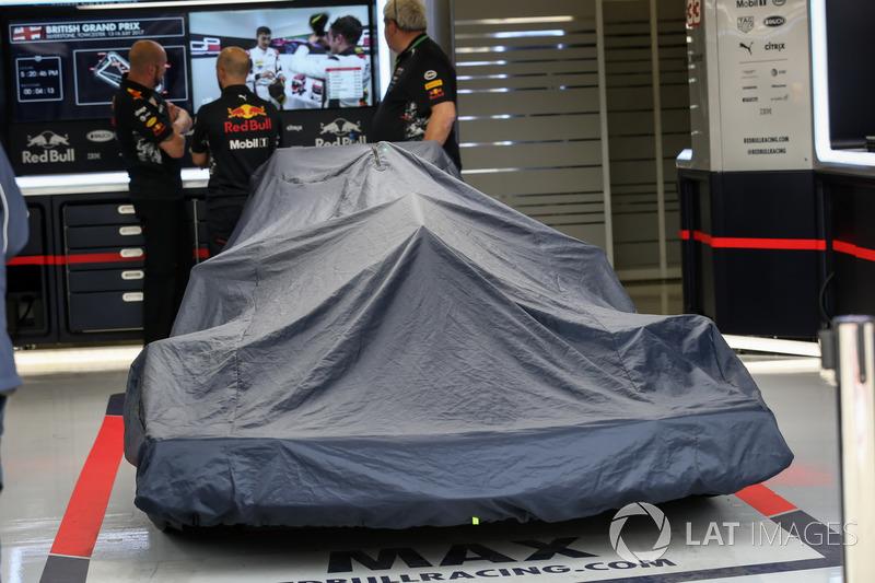 Red Bull Racing RB13 cubierto en el garaje