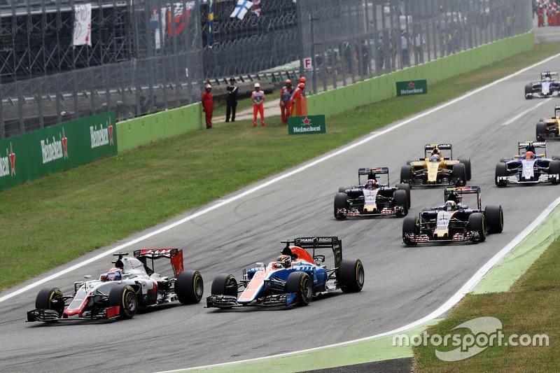 Romain Grosjean, Haas F1 Team VF-16 and Pascal Wehrlein, Manor Racing MRT05