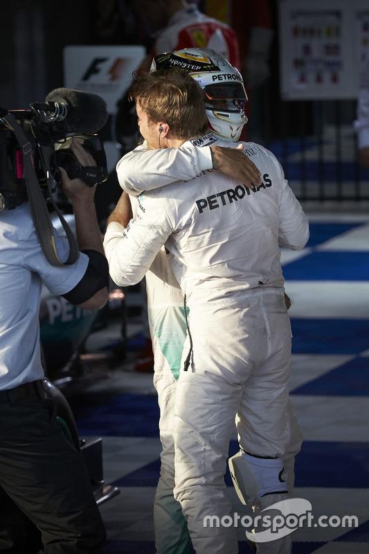 Winnaar Nico Rosberg, Mercedes AMG F1 Team, tweede Lewis Hamilton, Mercedes AMG F1 Team in parc fermé