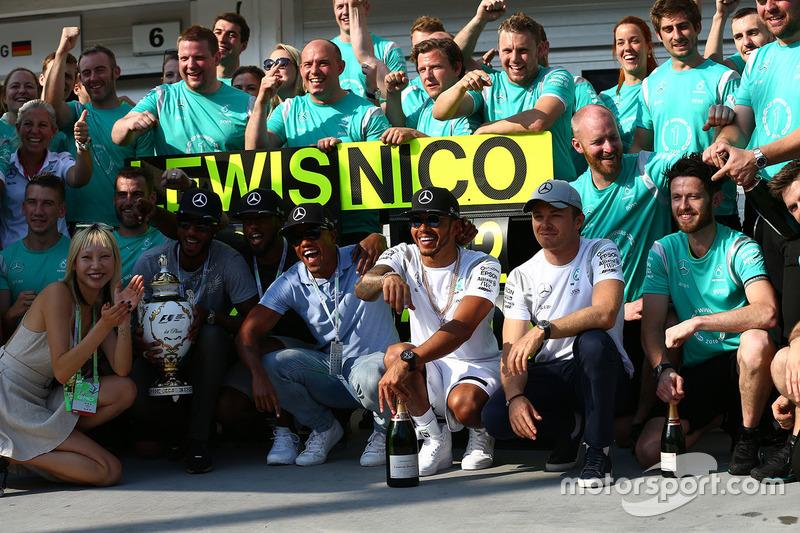 Lewis Hamilton, Mercedes AMG F1 W07 celebra con el equipo