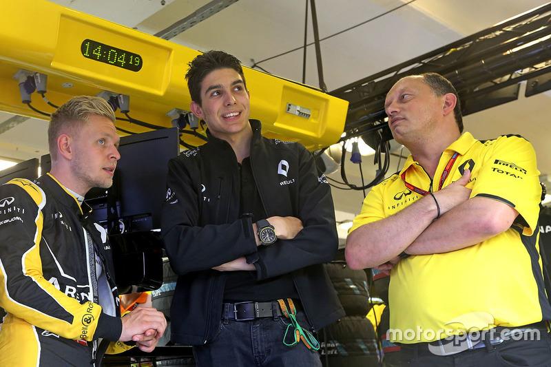 Kevin Magnussen, Renault Sport F1 Team; Esteban Ocon, Ersatzfahrer, Renault Sport F1 Team; Renault Sport F1 Team, Renndirektor