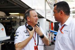 Jonathan Neale, McLaren y Eric Boullier, McLaren Racing Director en pits