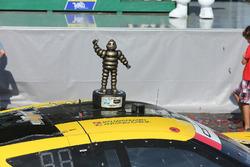 Ganadores de la carrera Antonio García, Jan Magnussen, Corvette Racing con el trofeo de primer lugar