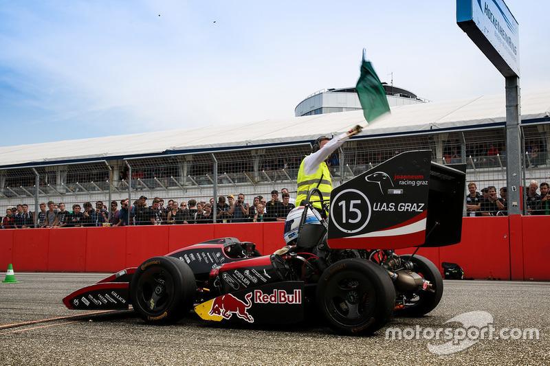 Joanneum Racing Graz aan de start bij de acceleratietest tijdens Formula Student Germany