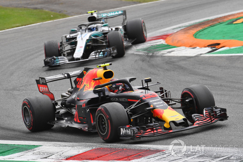 Max Verstappen, Red Bull Racing RB14 y Valtteri Bottas, Mercedes AMG F1 W09
