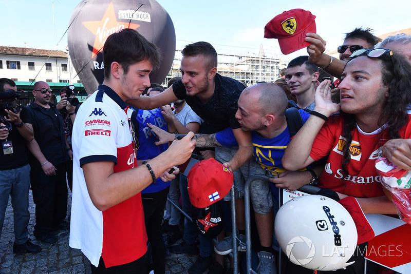 Charles Leclerc, Sauber firma autografi ai fan