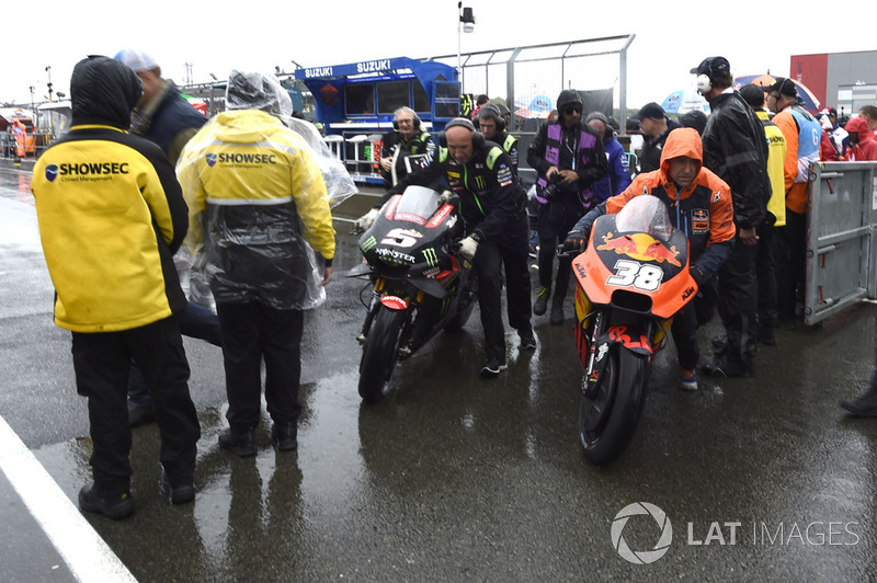 Мотоцикли повертають у бокси після скасування старту