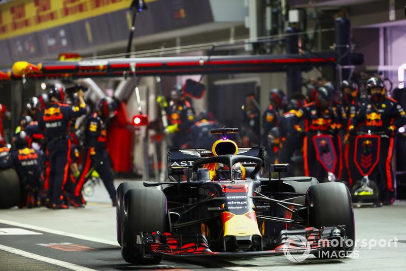 Daniel Ricciardo, Red Bull Racing RB14, deja los pit box