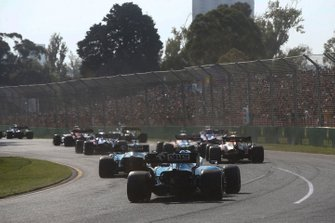 George Russell, Williams Racing FW42, y Robert Kubica, Williams FW42, al inicio