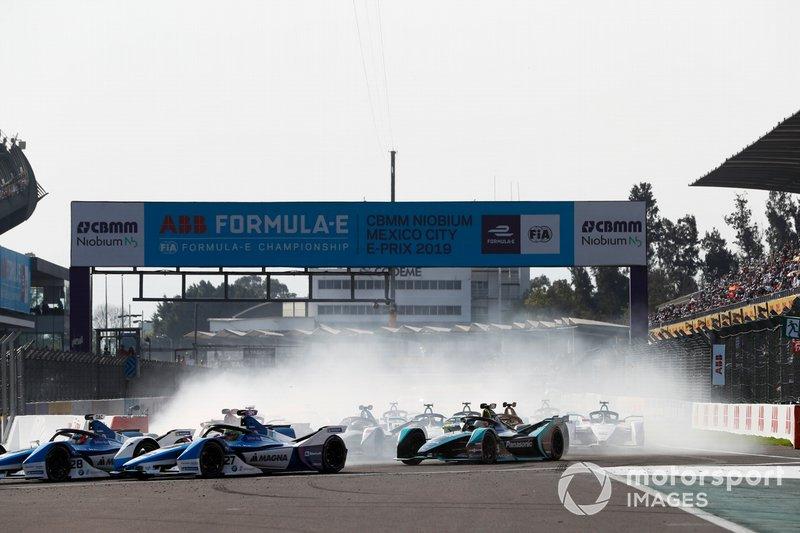 Antonio Felix da Costa, BMW I Andretti Motorsports, BMW iFE.18 leads Alexander Sims BMW I Andretti Motorsports, BMW iFE.18 and Nelson Piquet Jr., Panasonic Jaguar Racing, Jaguar I-Type 3