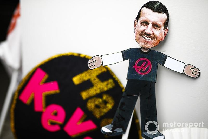 Un modelo de un fanático de Guenther Steiner, director del equipo, Haas F1