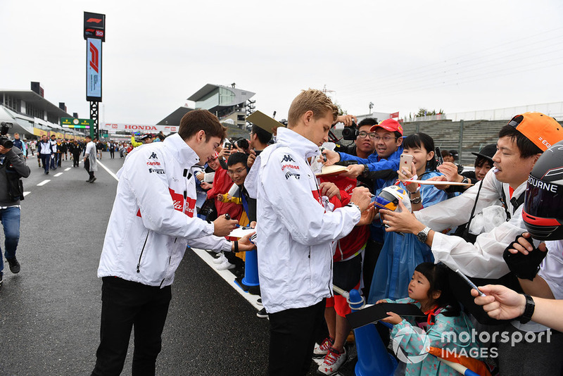 Charles Leclerc, Sauber and Marcus Ericsson, Sauber signs autographs for the fans