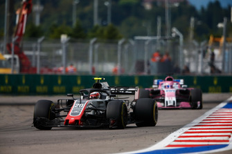 Kevin Magnussen, Haas F1 Team VF-18, leads Sergio Perez, Racing Point Force India VJM11