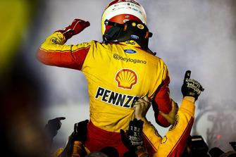 Joey Logano, Team Penske, Ford Fusion Shell Pennzoil e il team festeggiano