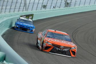 Daniel Suarez, Joe Gibbs Racing, Toyota Camry ARRIS e Kyle Larson, Chip Ganassi Racing, Chevrolet Camaro Credit One Bank/DC Solar