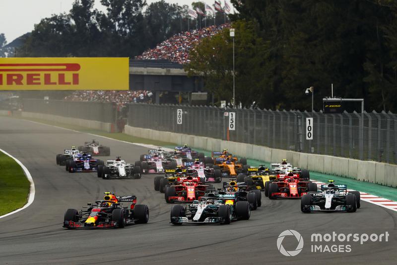Max Verstappen, Red Bull Racing RB14, Lewis Hamilton, Mercedes AMG F1 W09 EQ Power+, Max Verstappen, Red Bull Racing RB14, y Valtteri Bottas, Mercedes AMG F1 W09 EQ Power+, al inicio
