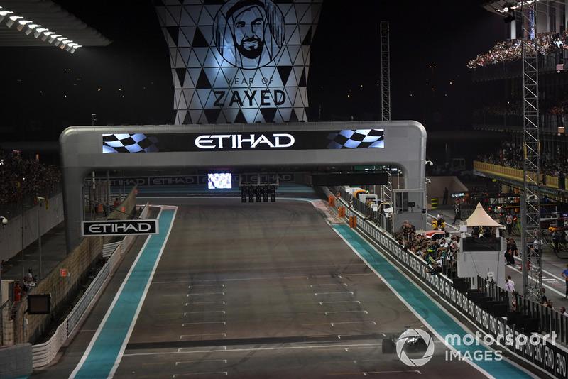Le vainqueur Lewis Hamilton franchit la ligne