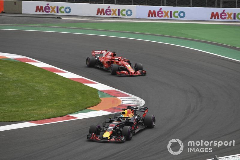 Даніель Ріккардо (Red Bull RB14) попереду Себастьяна Феттеля (Ferrari SF71H)