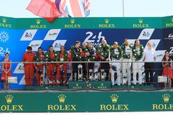 Подіум GTE AM: переможці Роберт Сміт, Вілл Стівенс, Дріс Вантор, JMW Motorsport, друге місце - Данкан Камерон, Аарон Скотт, Марко Чочі, Spirit of Race, третє місце - Купер Макніл, Біл Свідлер, Таунсенд Белл, Scuderia Corsa