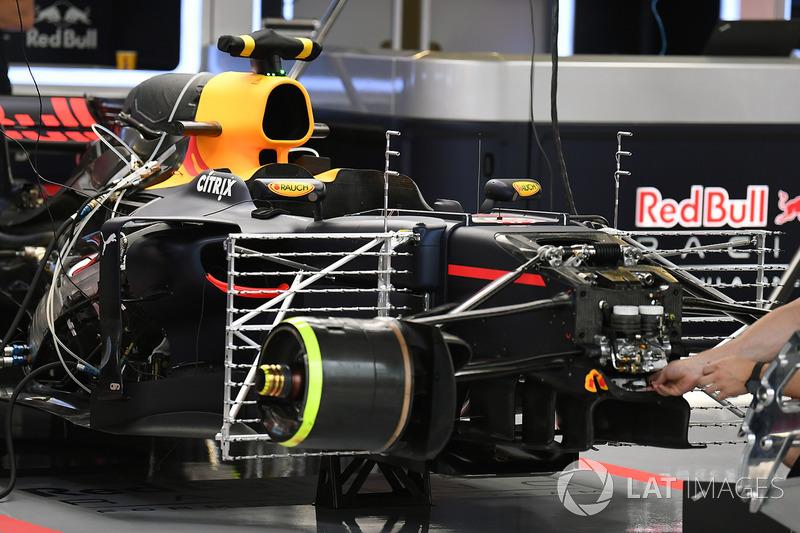 Une Red Bull Racing RB13 dans le garage avec des capteurs aéro