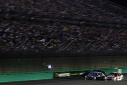 Kyle Larson, Chip Ganassi Racing Chevrolet, Matt DiBenedetto, Go Fas Racing Ford