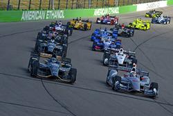 J.R. Hildebrand, Ed Carpenter Racing Chevrolet and polesitter Will Power, Team Penske Chevrolet lead the field to the start