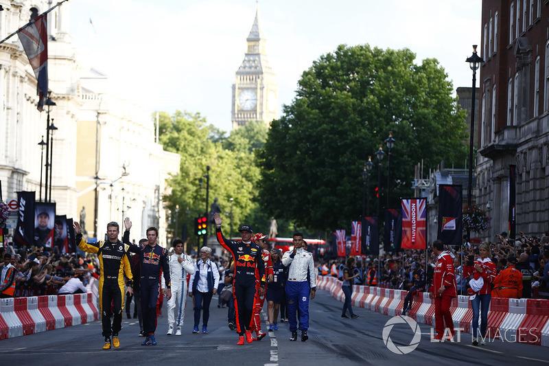 Гонщики Ф1 крокують вулицями Лондона