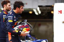 Даніель Ріккардо, Red Bull Racing, повертається у бокси після аварії
