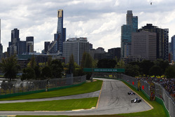 Pascal Wehrlein, Sauber C36, lidera a Daniil Kvyat, Scuderia Toro Rosso STR12