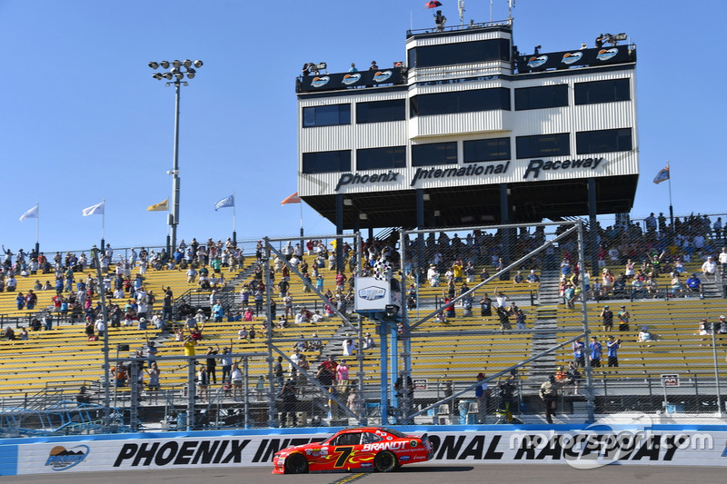 Justin Allgaier, JR Motorsports Chevrolet se lleva la bandera a cuadros