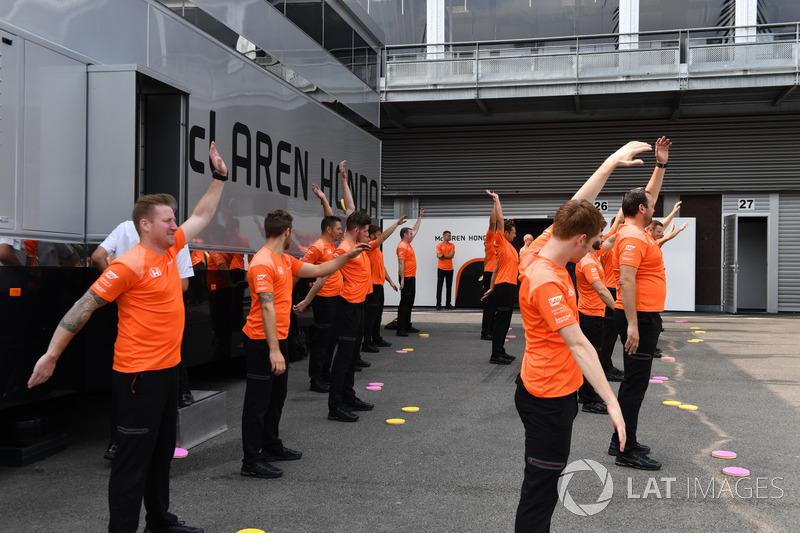 ¿Ejercicios de estiramiento en McLaren o coreografía?