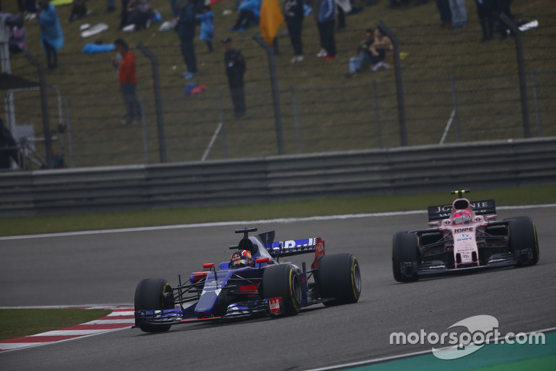 Daniil Kvyat, Scuderia Toro Rosso STR12, leads Esteban Ocon, Force India VJM10