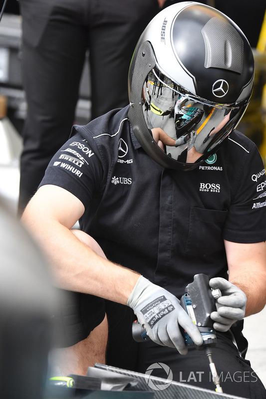 Механік Mercedes AMG F1 W08