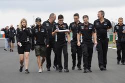 Sergio Pérez, Force India y Bernie Collins, Force India ingeniero de estrategia camina en la pista con el equipo