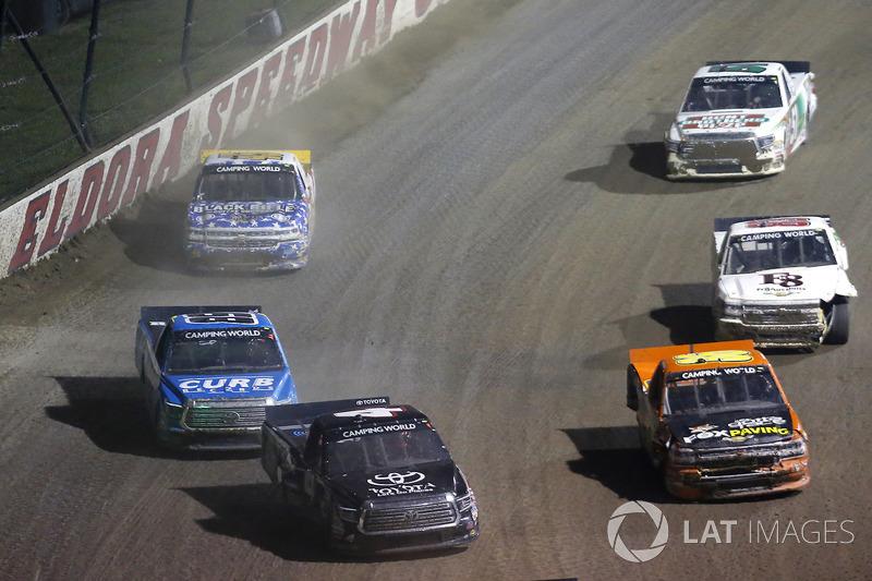 Christopher Bell, Kyle Busch Motorsports Toyota y Chris Windom, MB Motorsports Chevrolet