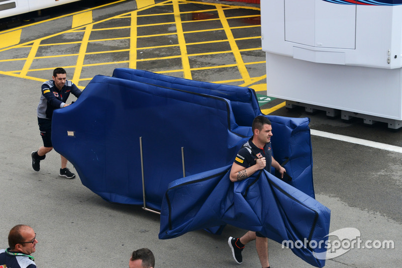 Механики Scuderia Toro Rosso с деталями STR12