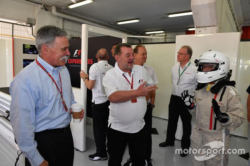 Председатель Formula One Group Чейз Кэри, Пол Стоддарт, пассажир двухместного автомобиля F1 Experien