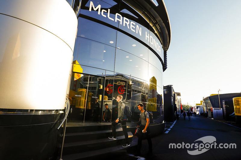 Инженеры в моторхоуме McLaren