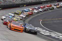 Restart: Kyle Larson, Chip Ganassi Racing, Chevrolet; Daniel Suarez, Joe Gibbs Racing, Toyota