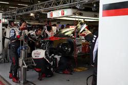 #7 Toyota Gazoo Racing, Toyota TS050 Hybrid: Mike Conway, Kamui Kobayashi, Jose Maria Lopez, in der Box